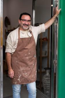 Hombre sonriente de tiro medio con delantal