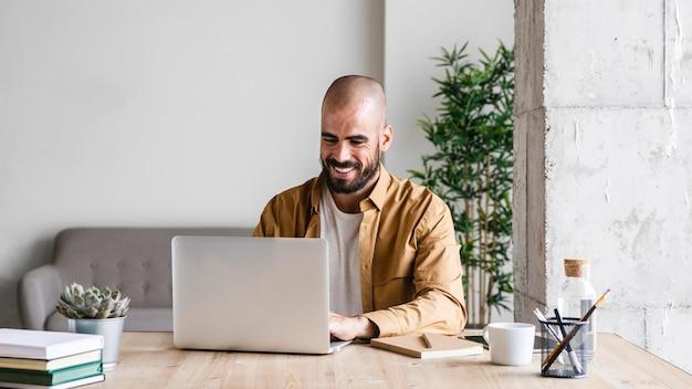 Hombre sonriente de tiro medio escribiendo