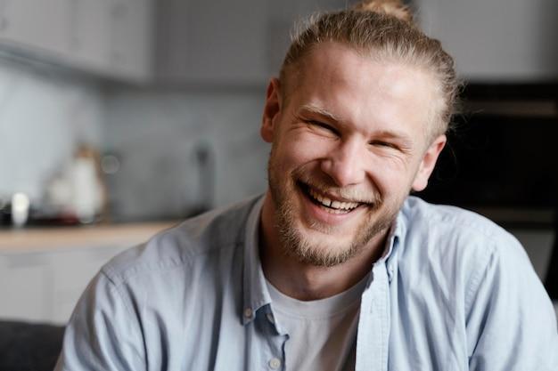 Hombre sonriente de tiro medio posando