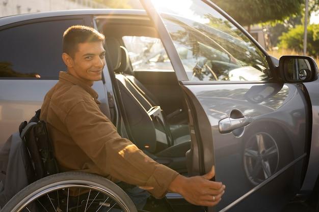 Hombre sonriente de tiro medio en silla de ruedas