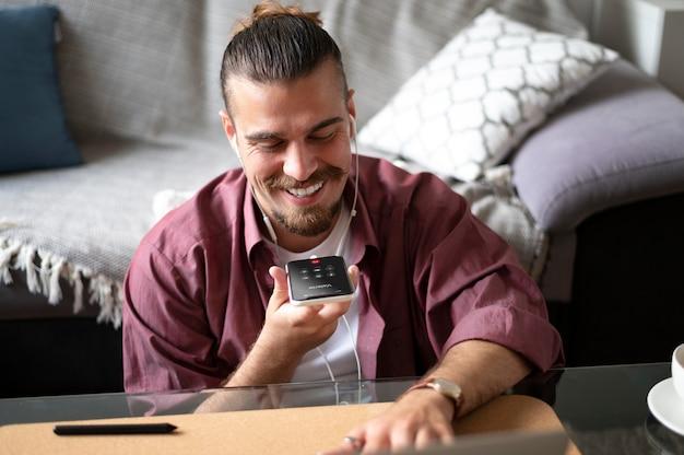 Hombre sonriente de tiro medio con teléfono