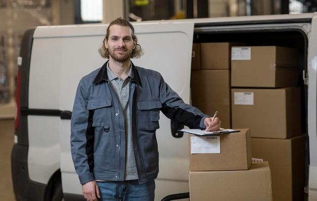 Hombre sonriente de tiro medio trabajando