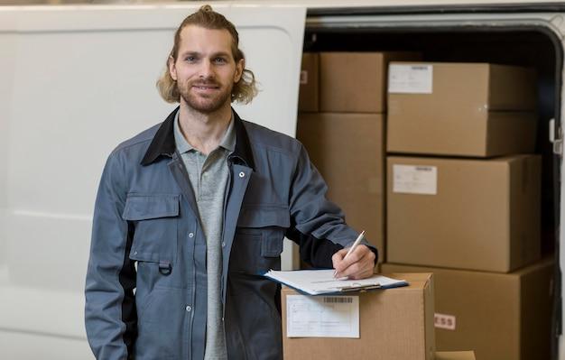 Hombre sonriente trabajando plano medio