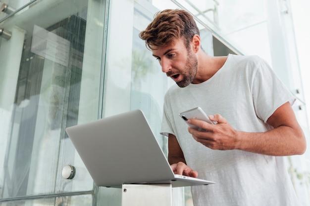 Hombre sorprendido con dispositivos portátiles.