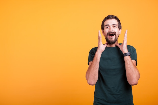 Hombre sorprendido con las manos en la cara mirando a la cámara. copyspace disponible para su publicidad o promoción