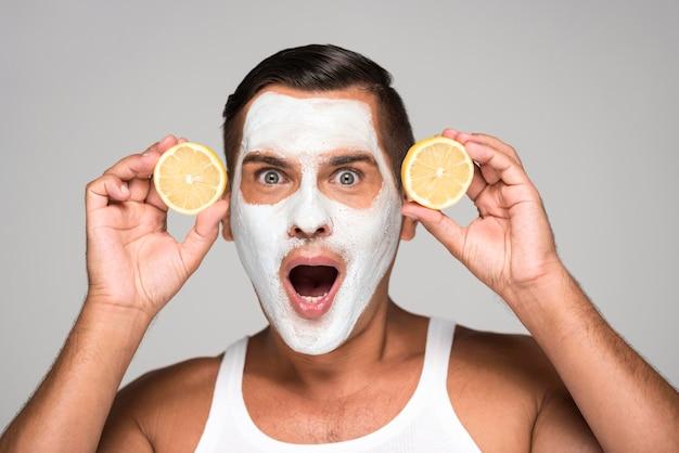 Hombre sorprendido con mascarilla y limón