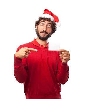 Hombre sorprendido mostrando una tarjeta en blanco