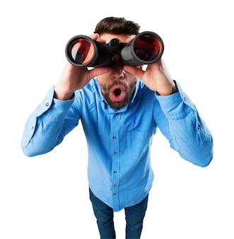 Hombre sorprendido con prismáticos