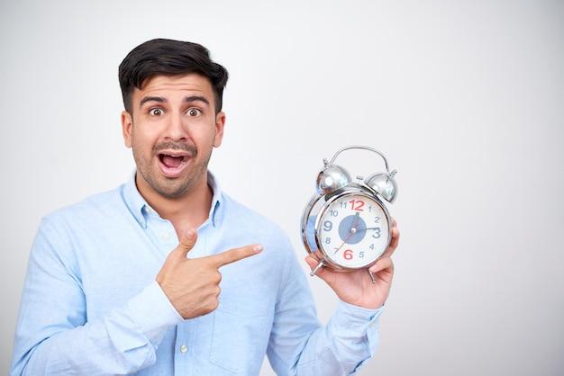 Hombre sorprendido con reloj despertador