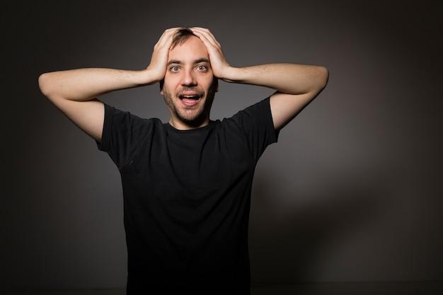Hombre sorprendido tocando la cabeza