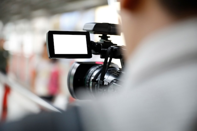 Hombre sosteniendo una camara de video
