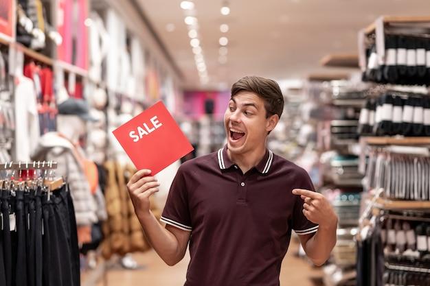 Hombre sosteniendo cartel con mensaje de venta
