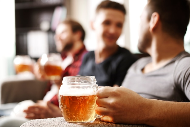 Hombre sosteniendo jarra de cerveza