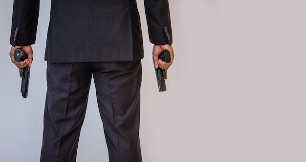 Hombre sosteniendo una pistola