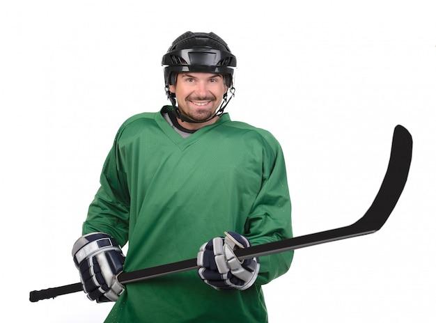 Un hombre sostiene un palo delante de él y sonríe.