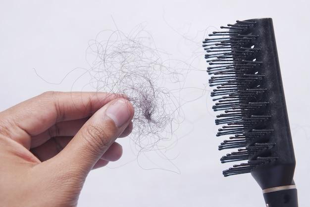 El hombre sostiene su lista de cabello de cerca