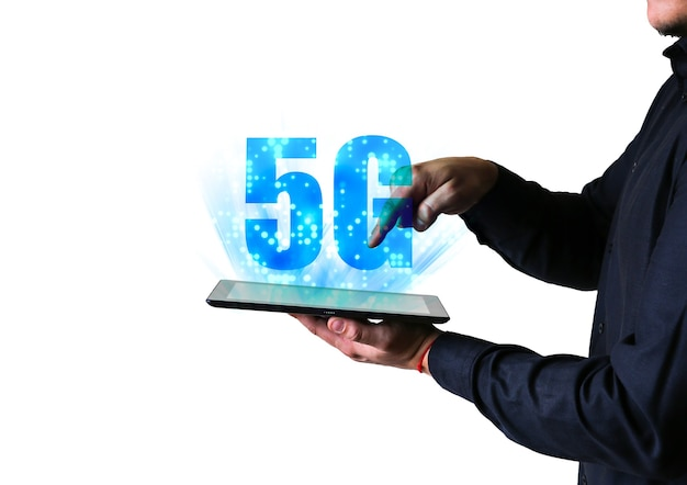 El hombre sostiene la tableta con el signo de 5g. nuevo concepto de internet. cubriendo la conexión en todo el mundo. tecnologías peligrosas. desarrollos modernos.