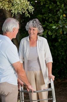 Hombre con su esposa en el jardín