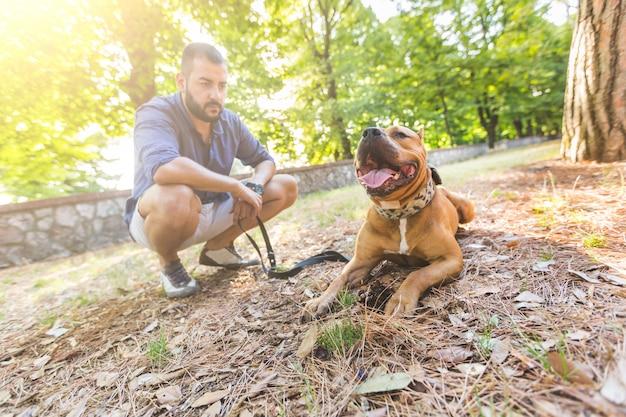 Hombre con su perro en el parque