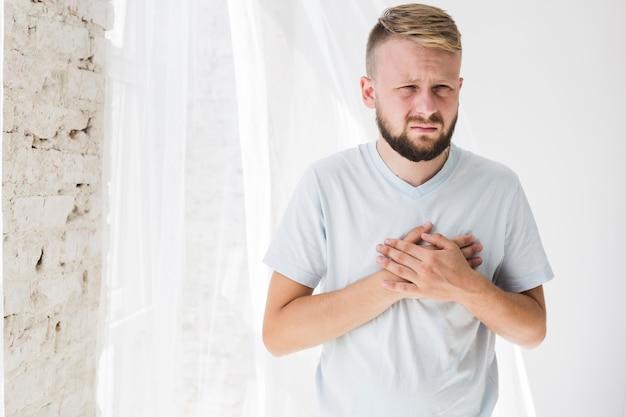 Hombre sufriendo de angustia