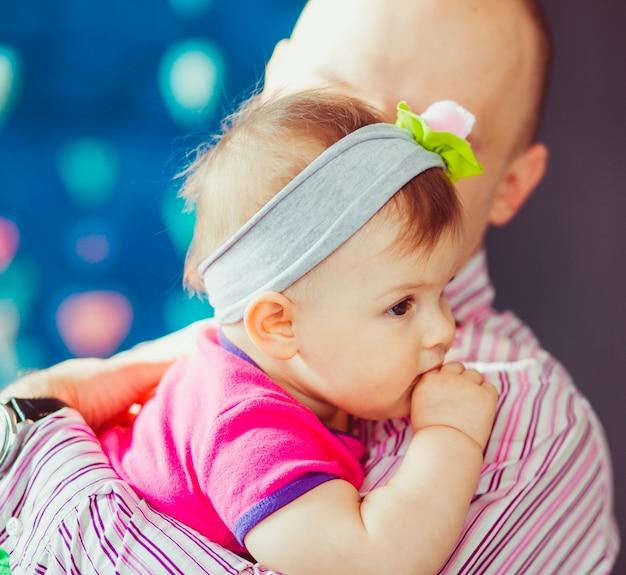 Hombre sujetando un bebé bonito