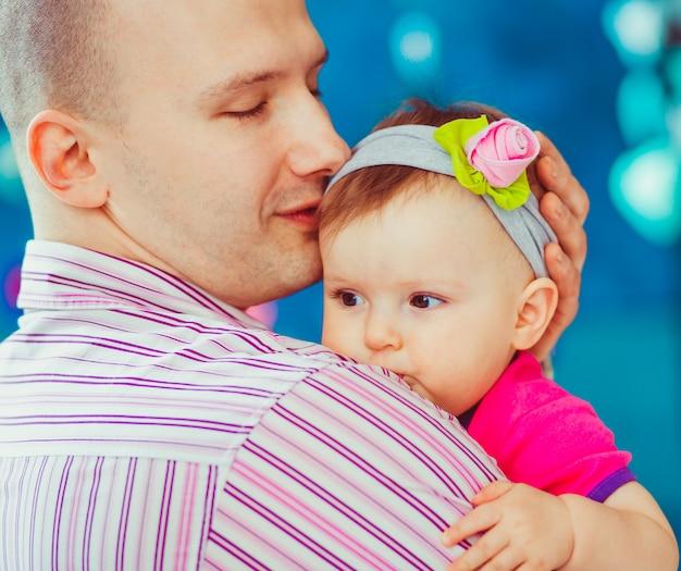 Hombre sujetando a un bebé