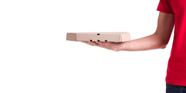 Hombre sujetando una caja de pizza aislada sobre fondo blanco.