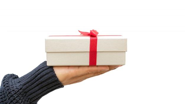 Hombre sujetando una caja de regalo plateada