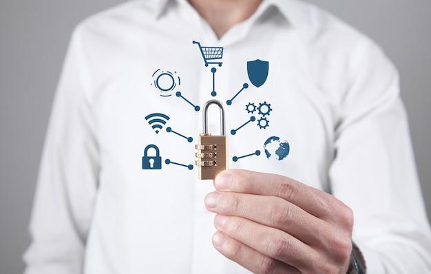 Hombre sujetando un candado. seguridad y protección de la red