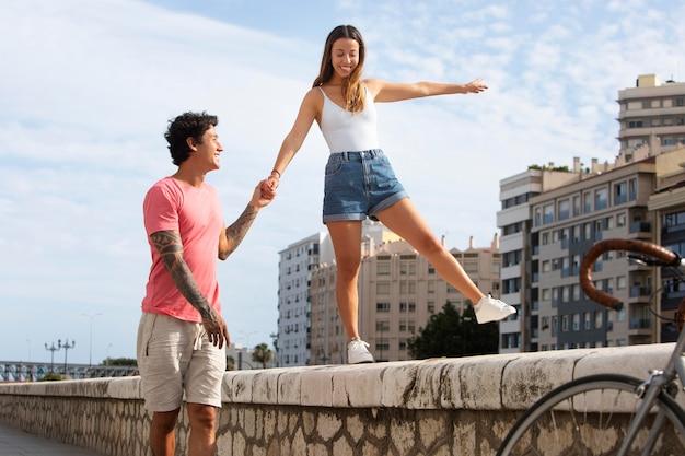 Hombre sujetando la mano de su novia al aire libre