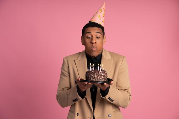 Hombre sujetando un pastel de cumpleaños