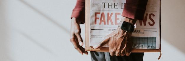 Hombre sujetando un periódico
