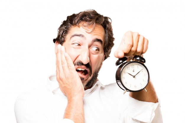 Hombre sujetando un reloj despertador