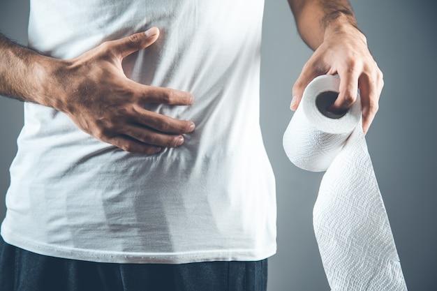 Hombre sujetando un rollo de papel higiénico