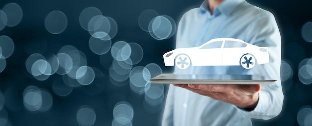 Hombre sujetando tableta y coche holográfico en pantalla