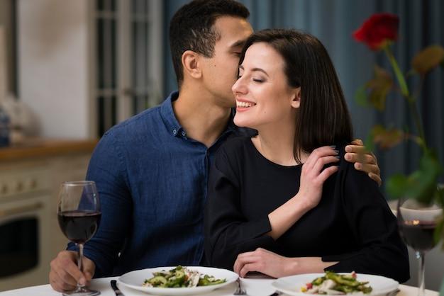 Hombre susurrando algo a su esposa