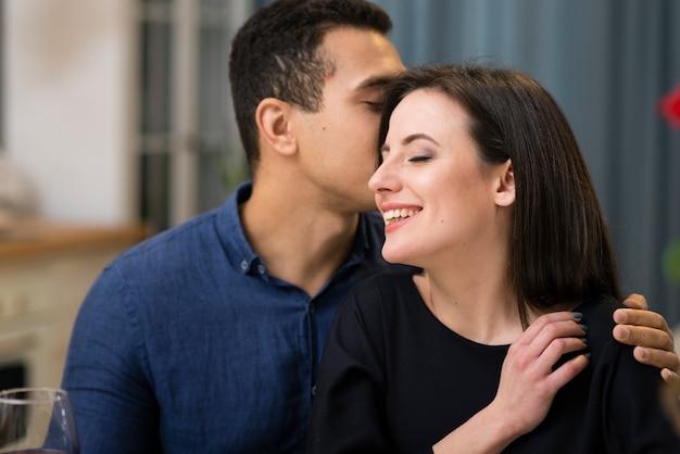 Hombre susurrando algo a su novia