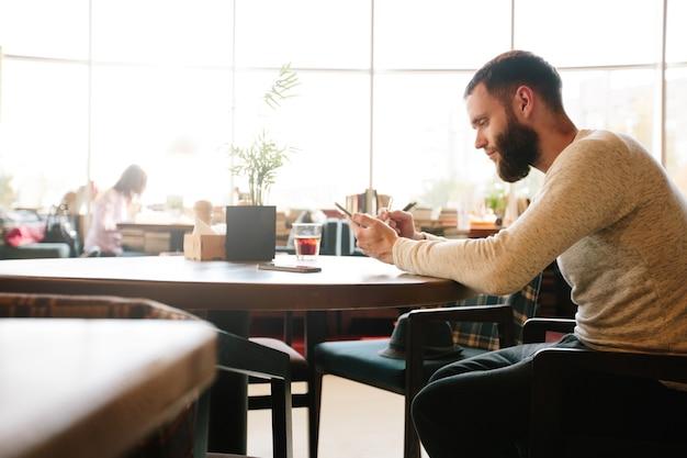 Hombre con tablet pc con un lápiz en un escritorio