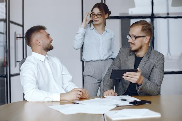 Hombre con una tableta. socios de negocios en una reunión de negocios. personas sentadas en la mesa