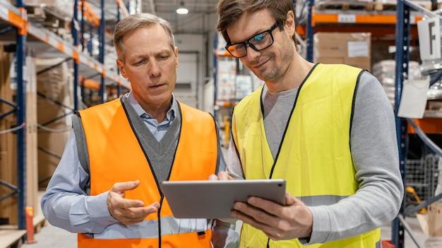 Hombre con tableta de trabajo logístico