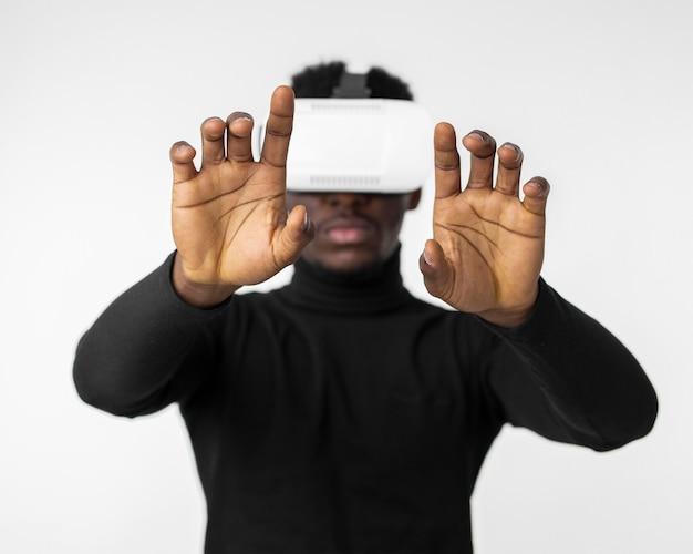 Hombre de tecnología usando un dispositivo de casco de realidad virtual