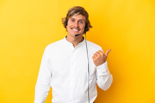 Hombre de telemarketer que trabaja con un auricular aislado