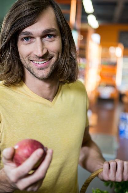Hombre, tenencia, manzana, en, supermercado | Foto Premium
