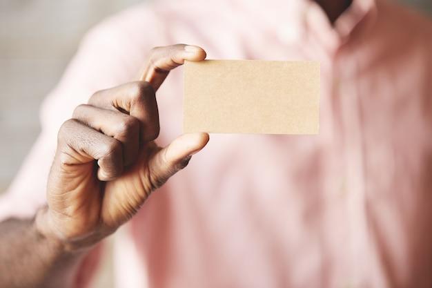 Hombre, tenencia, tarjeta de crédito, primer plano