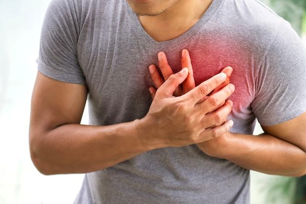 Hombre teniendo ataque al corazón. concepto de salud