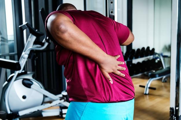 Hombre teniendo problemas con su espalda