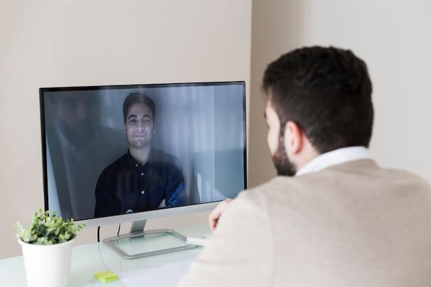 Hombre teniendo video conversación