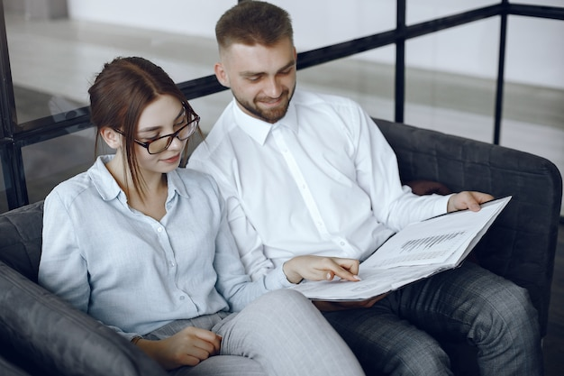 El hombre tiene una carpeta. socios comerciales en una reunión de negocios mujer con gafas