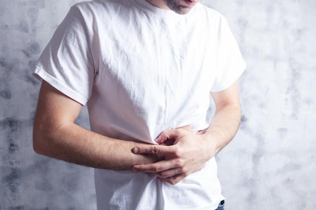 Un hombre tiene dolor de estómago