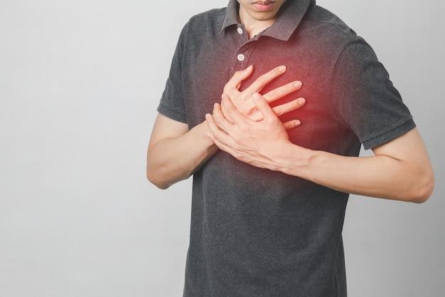 El hombre tiene dolor en el pecho que sufre de enfermedad cardíaca